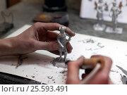 """Мастер работает над созданием оловянного солдатика в цеху предприятия """"Ниена"""", Санкт-Петербург (2017 год). Редакционное фото, фотограф Stockphoto / Фотобанк Лори"""