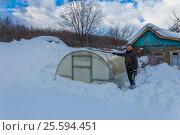 Купить «Мужчина убирает снег с теплицы», фото № 25594451, снято 19 февраля 2017 г. (c) Акиньшин Владимир / Фотобанк Лори