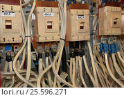 Рубильники(выключатели), клемы, кабели электросети в распределительных щитах (2017 год). Редакционное фото, фотограф Evgenii Mitroshin / Фотобанк Лори