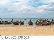 Купить «Традиционные тайские длиннохвостые лодки — лонгтейлы (longtail boat). Королевство Таиланд, провинция Краби, полуостров Рейли, пляж Railay West Beach», фото № 25599063, снято 27 января 2017 г. (c) Владимир Сергеев / Фотобанк Лори