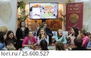 Купить «Москва, дети с педагогом в магазине Библиоглобус», эксклюзивный видеоролик № 25600527, снято 29 января 2017 г. (c) Дмитрий Неумоин / Фотобанк Лори