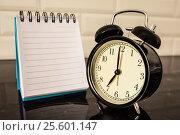 Купить «Будильник и чистый лист блокнота на столе», фото № 25601147, снято 23 февраля 2017 г. (c) Сергеев Валерий / Фотобанк Лори