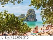 Купить «Королевство Таиланд. Провинция Краби, полуостров Рейли. Отдыхающие на пляже Прананг (Phranang Cave Beach)», фото № 25608515, снято 31 января 2017 г. (c) Владимир Сергеев / Фотобанк Лори