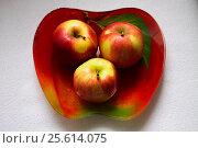 Красные яблоки в тарелке. Стоковое фото, фотограф Ivan / Фотобанк Лори