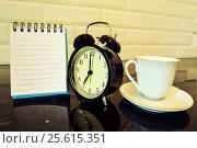 Купить «Будильник и чистый лист блокнота на столе», фото № 25615351, снято 23 февраля 2017 г. (c) Сергеев Валерий / Фотобанк Лори
