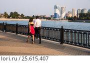 Купить «Молодые люди на набережной Краснодара», фото № 25615407, снято 31 июля 2016 г. (c) Елена Корнеева / Фотобанк Лори