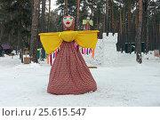 Купить «Фигура масленицы на фоне снежной крепости», фото № 25615547, снято 26 февраля 2017 г. (c) Цибаев Алексей / Фотобанк Лори