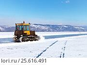 Купить «Байкал. Малое Море. Трактор расчищает ледовую дорогу на остров Ольхон», фото № 25616491, снято 26 февраля 2017 г. (c) Виктория Катьянова / Фотобанк Лори