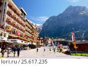 Mountain Ski Resort Village Grindelwald (Jungfrau Region, Switzerland). Hotel Kreuz & Post; Mountains in the Background. (2014 год). Редакционное фото, фотограф Людмила Герасимова / Фотобанк Лори