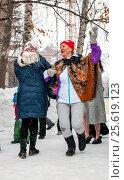 Купить «Женщины пляшут на Масленицу в зимнем парке», фото № 25619123, снято 26 февраля 2017 г. (c) Сергей Тагиров / Фотобанк Лори
