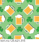 Купить «Seamless pattern with leaves of the trefoil and mugs of beer on a green background», иллюстрация № 25621315 (c) Анастасия Улитко / Фотобанк Лори
