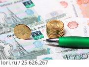 Купить «Монеты и ручка, бизнес», эксклюзивное фото № 25626267, снято 28 февраля 2017 г. (c) Яна Королёва / Фотобанк Лори