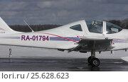 Купить «Самолет Tecnam P-2002JF (бортовой RA-01794) на рулении, аэродром Орловка», эксклюзивный видеоролик № 25628623, снято 28 февраля 2017 г. (c) Alexei Tavix / Фотобанк Лори