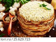 Купить «Блинный пирог с курицей и грибами на столе», фото № 25629723, снято 28 февраля 2017 г. (c) Надежда Мишкова / Фотобанк Лори