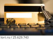 Купить «Кредитная карта под защитой (Credit card with hanging padlock on keyboard)», фото № 25629743, снято 11 февраля 2017 г. (c) Андрей Пятницкий / Фотобанк Лори