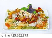 Вкусный обед из пасты с мясом и овощами. Стоковое фото, фотограф Светлана Пасечная / Фотобанк Лори