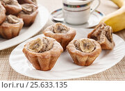 Вкусные домашние кексы с бананом в тарелке на столе. Стоковое фото, фотограф Анастасия Богатова / Фотобанк Лори