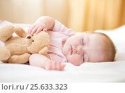 Купить «infant baby sleeping with plush toy», фото № 25633323, снято 2 октября 2014 г. (c) Оксана Кузьмина / Фотобанк Лори