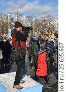 Фестиваль «Московская Масленица» на площади Революции. Фотограф за работой (2017 год). Редакционное фото, фотограф Валерия Попова / Фотобанк Лори