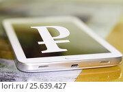 Cимвол рубля на экране сотового телефона. Стоковое фото, фотограф Сергеев Валерий / Фотобанк Лори