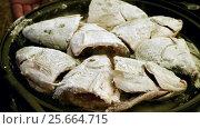 Купить «Cooking on the open fire. Pieces of freshwater fish fried in a cast-iron skillet. HD», видеоролик № 25664715, снято 27 февраля 2017 г. (c) ActionStore / Фотобанк Лори