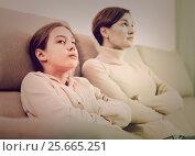 Купить «Mother and daughter take offense», фото № 25665251, снято 22 июня 2018 г. (c) Яков Филимонов / Фотобанк Лори