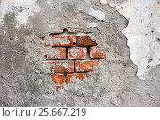 Купить «Старая стена из красного кирпича с цементом и обшарпанной краской. Фон», фото № 25667219, снято 14 августа 2016 г. (c) Наталья Осипова / Фотобанк Лори