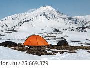 Оранжевая туристическая палатка стоит на фоне вулкана, фото № 25669379, снято 23 марта 2017 г. (c) А. А. Пирагис / Фотобанк Лори