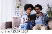 Купить «couple with tablet pc and credit card at home», видеоролик № 25671639, снято 24 декабря 2016 г. (c) Syda Productions / Фотобанк Лори