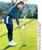 Female golf player getting ready to hit ball. Стоковое фото, фотограф Яков Филимонов / Фотобанк Лори
