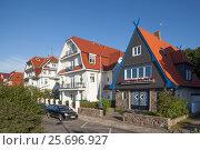 Купить «Rostock-Warnemünde, promenade with old holiday homes», фото № 25696927, снято 17 июля 2014 г. (c) mauritius images / Фотобанк Лори