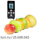 Нитрат-тестер измеряет содержание нитратов во фруктах. Редакционное фото, фотограф Александр Корнейчев / Фотобанк Лори