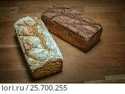 Грузинский хлеб белая и черная буханки сверху на столешнице из дуба коричневого цвета. Стоковое фото, фотограф Борис Смирин / Фотобанк Лори