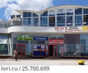 Купить «Торговый центр на набережной в Ялте, Республика Крым», фото № 25700699, снято 30 июня 2015 г. (c) Анатолий Заводсков / Фотобанк Лори