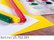 Купить «Фломастеры и акварельные краски», фото № 25702391, снято 20 сентября 2016 г. (c) Андрей Липинский / Фотобанк Лори