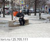 Купить «Пожилая женщина отдыхает на скамейке в парке», эксклюзивное фото № 25705111, снято 3 марта 2017 г. (c) lana1501 / Фотобанк Лори