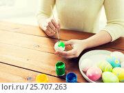 Купить «close up of woman hands coloring easter eggs», фото № 25707263, снято 28 января 2016 г. (c) Syda Productions / Фотобанк Лори