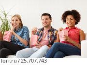 Купить «happy friends with popcorn watching tv at home», фото № 25707743, снято 14 августа 2016 г. (c) Syda Productions / Фотобанк Лори