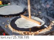 Купить «Выпечка блинов на масленицу», фото № 25708195, снято 7 июня 2020 г. (c) Igor Lijashkov / Фотобанк Лори