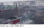 Купить «The shunting train approaches the station», видеоролик № 25708471, снято 8 марта 2017 г. (c) Игорь Усачев / Фотобанк Лори