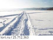 Купить «Дорога по заснеженному льду Байкала», фото № 25712363, снято 8 марта 2017 г. (c) Момотюк Сергей / Фотобанк Лори