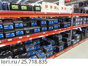 Купить «Стеллажи с автомобильными большими аккумуляторами. Магазин автотоваров Motonet в Финляндии», фото № 25718835, снято 18 февраля 2017 г. (c) Кекяляйнен Андрей / Фотобанк Лори