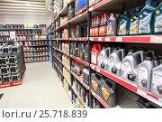 Купить «Канистры с моторными маслами и жидкостями на полках магазина Motonet в Финляндии», фото № 25718839, снято 18 февраля 2017 г. (c) Кекяляйнен Андрей / Фотобанк Лори
