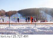 "Купить «View on the ""Krasnaya Glinka"" mountain ski resort in winter sunny day in Samara, Russia», фото № 25727491, снято 5 марта 2017 г. (c) FotograFF / Фотобанк Лори"