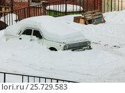 Автомобиль, стоящий под снегом (2017 год). Редакционное фото, фотограф Евгений Талашов / Фотобанк Лори