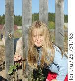 Купить «Маленькая девочка кормит поросёнка», фото № 25731163, снято 16 сентября 2016 г. (c) Юлия Мальцева / Фотобанк Лори