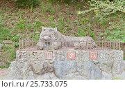 Скульптура лежащего тигра (1959 г.) в замке Вакаяма, Япония, фото № 25733075, снято 23 июля 2016 г. (c) Иван Марчук / Фотобанк Лори