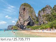 Купить «Люди отдыхают на тропическом пляже с причудливыми скалами. Королевство Таиланд. Провинция Краби, полуостров Рейли (Railay). Пляж Прананг (Phranang Cave Beach)», фото № 25735771, снято 31 января 2017 г. (c) Владимир Сергеев / Фотобанк Лори