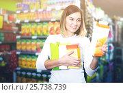 Купить «female shopper searching for beverages», фото № 25738739, снято 23 ноября 2016 г. (c) Яков Филимонов / Фотобанк Лори