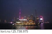 Купить «Китай, Шанхай. Небоскребы, река и корабль ночью», видеоролик № 25738975, снято 22 января 2017 г. (c) Андрей Пожарский / Фотобанк Лори